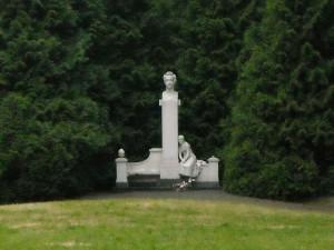 1280px-Pomnik_Juliusza_Słowackiego